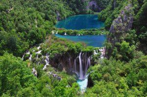 Pltivice, el más conocido de los parques nacionales de Croacia, es un auténtico espectáculo de agua en color verde. Sus 16 lagos están conectados todos entre sí por innumerables cascadas, a cada cual más espectacular.